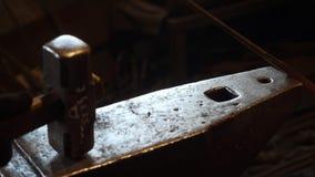 Кузнец куя накаленный докрасна металл с молотком сток-видео