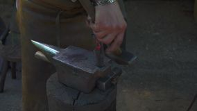 Кузнец куя расплавленный метал на наковальне в кузнице акции видеоматериалы