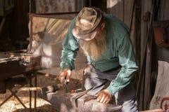 Кузнец производя художественное произведение металла Стоковые Изображения