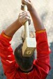 Кузнец стучая молотком на наковальне Стоковое Фото
