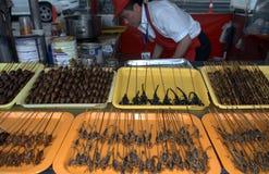Кузнечики и скорпионы на рынке ночи Donghuamen, Пекин, Стоковое Изображение RF