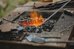 Кузница, медник с очень горячими углями, конец-вверх стоковое фото