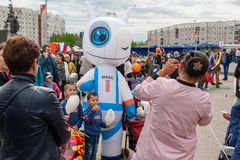 Кукла большого положения в форме робота, развлекает детей и взрослых на празднике Мама фотографирует дети и стоковое изображение