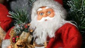 Кукла игрушки Санта Клауса, который стоит как украшение для конца рождества и Нового Года вверх по взгляду акции видеоматериалы
