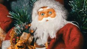 Кукла игрушки Санта Клауса, который стоит как украшение для конца рождества и Нового Года вверх по взгляду видеоматериал