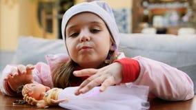 Кукла игры маленькой девочки в кафе на улице акции видеоматериалы
