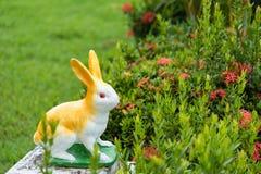Кукла кролика в саде Стоковые Изображения RF