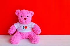 Кукла медведя на деревянной столешнице планки стоковое изображение rf