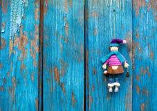 Кукла на древообразном backgroud стоковые изображения rf