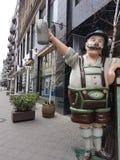 Кукла на улице с пивом в руке стоковая фотография rf