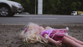 Кукла падает около дороги с активным движением Много автомобилей приходят от позади движение медленное акции видеоматериалы