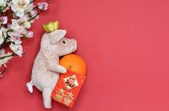 Кукла свиньи с золотым инготом стоковые изображения