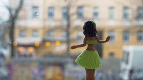 Кукла Hula танцев против городской предпосылки акции видеоматериалы