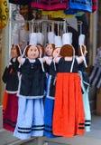 Куклы в национальных костюмах висят на рынке для продажи Стоковое фото RF
