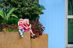 Куклы глины были помещены перед зданием Стоковое Изображение