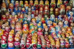 Куклы Matryoshka или русские куклы на надувательстве рынок Стоковое Фото