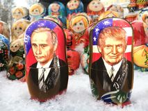 Куклы Matryoshka или русские куклы на надувательстве рынок Стоковые Изображения