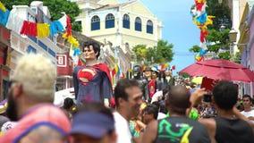 Куклы Olinda гиганта Масленица улицы Olinda, Бразилии, patrimony города культурного гуманности сток-видео