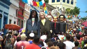 Куклы Olinda гиганта Масленица улицы Olinda, Бразилии, patrimony города культурного гуманности видеоматериал
