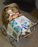 Куколка в старомодном экипаже с лоскутным одеялом стоковая фотография rf