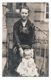 Куколка матери нося фото винтажной одежды старое Стоковая Фотография RF