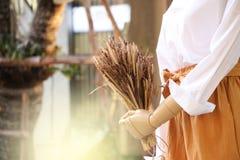 Кукольный театр белой рубашки изделий марионетки яркий и чистый и сухой цветков в наличии на тайском торгуя рынке стоковое изображение