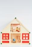 Кукольный домик девушек изолированный на белой предпосылке Стоковая Фотография