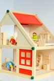 Кукольный домик девушек изолированный на белой предпосылке Стоковые Изображения RF