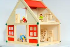 Кукольный домик девушек изолированный на белой предпосылке Стоковые Фото
