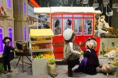 Кукла в окне Roshen магазина в Львове Стоковое фото RF