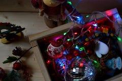 Кукла девушки в костюме зимы и коробке украшений рождества Стоковые Фото