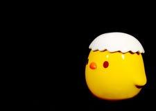 Кукла живой желтой маленькой птицы керамическая Стоковые Фотографии RF