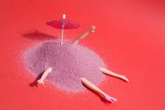 Кукла и розовый песок Стоковая Фотография
