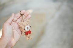 Кукла медведя в руке Стоковое фото RF