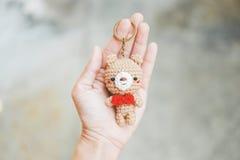Кукла медведя в руке Стоковое Изображение