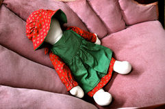 Кукла на античном стуле Стоковые Фотографии RF