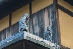 Кукла на крыше дома японского стиля, концепции украшения и интерьере Стоковые Изображения RF