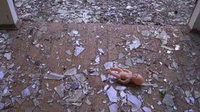 Кукла падает к полу сток-видео