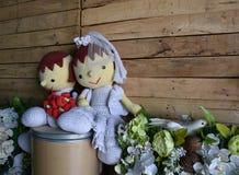 Кукла пряжи свадьбы с белым цветком Стоковые Изображения