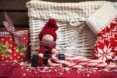 Кукла рождества декоративная деревянная с носком подарочной коробки и xmas. Стоковое Фото