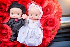 Кукла свадьбы, поглощенная в автомобиле, свадьба свадебной церемонии стоковое фото rf