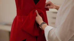 Кукла создателя одежд модельера задрапировывая в студии Модельер, портной, dressmaker регулируя одежды