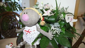 Кукла с цветками на таблице акции видеоматериалы
