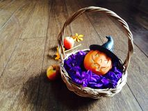 Кукла тыквы в бамбуковой корзине Стоковое Изображение