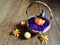 Кукла тыквы в бамбуковой корзине Стоковая Фотография RF