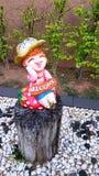 Кукла штукатурки держа положительный знак сидя на тимберсе Стоковая Фотография RF