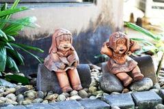Куклы девушки глины в саде Стоковое Фото