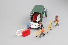 куклы инженера исправляя треснутая дорога асфальта Стоковая Фотография RF