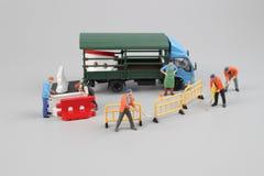 куклы инженера исправляя треснутая дорога асфальта Стоковое Фото
