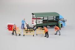 куклы инженера исправляя треснутая дорога асфальта Стоковое Изображение RF